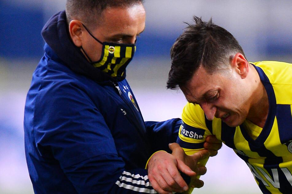 Lukas Podolski knöpft Mesut Özil im Weltmeister-Duell Punkt ab: Fener-Star muss verletzt raus!