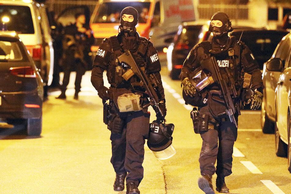 Eine Sondereinheit der Polizei rückte am Morgen an. (Symbolbild)