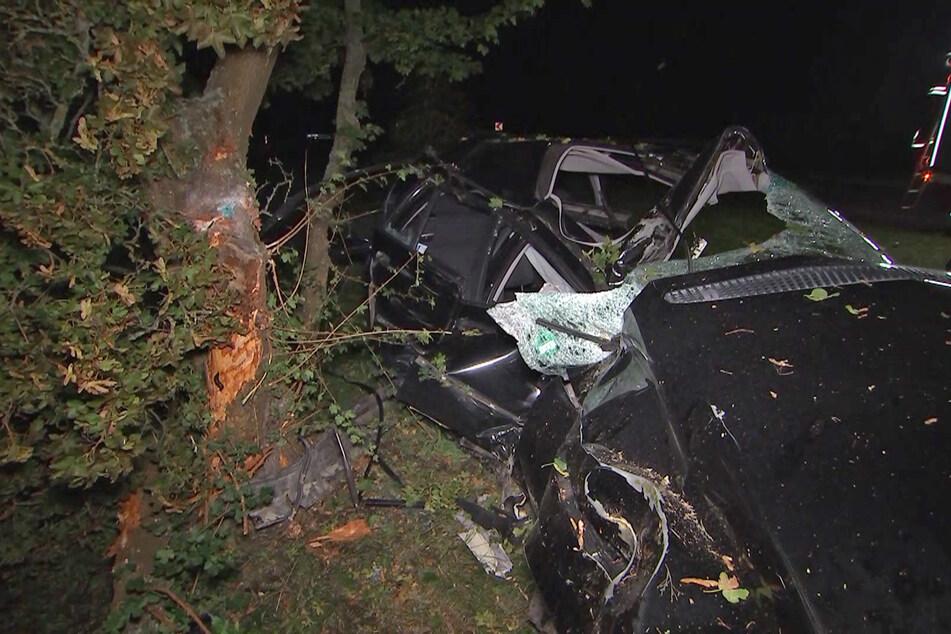 Der Fahrer wurde von der Feuerwehr aus dem Auto befreit und musste verletzt in ein Krankenhaus gebracht werden.