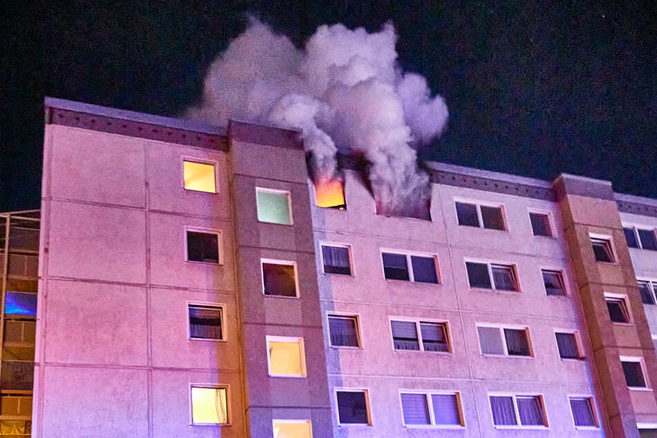 Dichter Rauch quoll nach dem Brandanschlag aus dem Plattenbau.