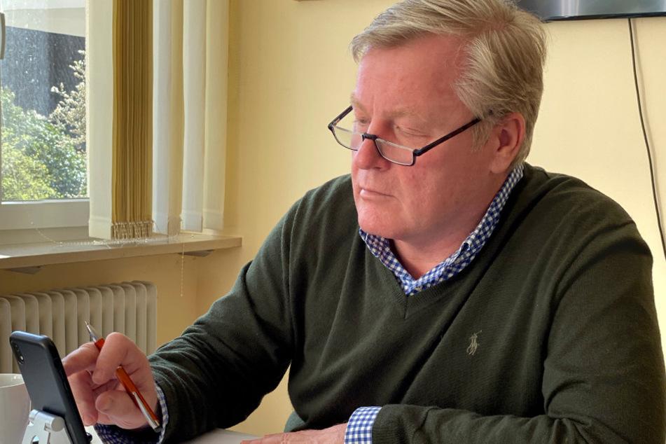 Niedersachsens Wirtschaftsminister Bernd Althusmann (CDU) sitzt in seinem Homeoffice im Wahlkreisbüro in Sevetal.