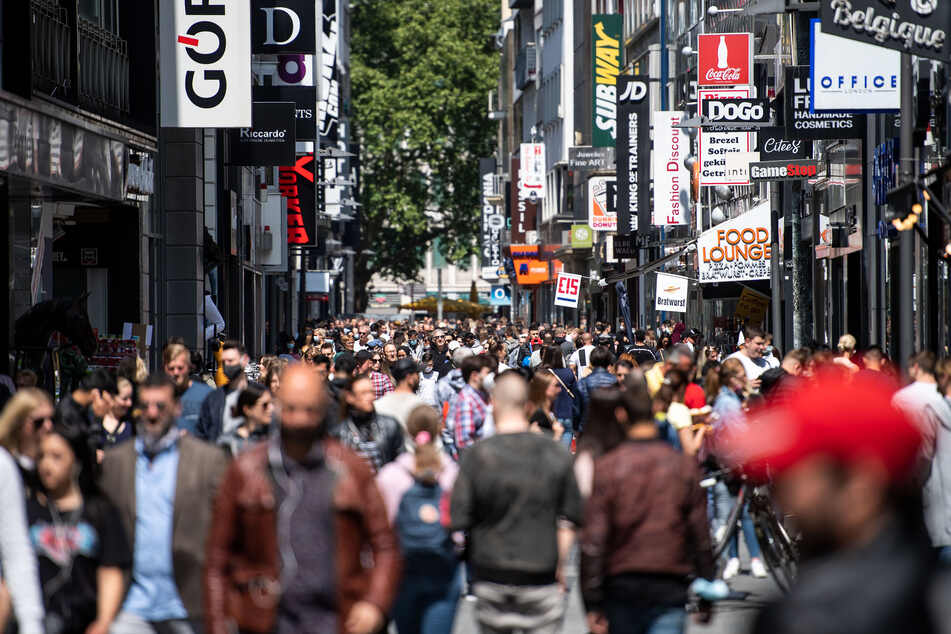 Dicht gedrängt: Shopping nach Corona-Lockerungen in vollen Einkaufsstraßen