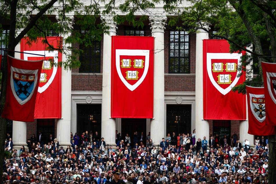 Studierende verfolgen die Rede von Bundeskanzlerin Merkel (CDU) in der Harvard Universität. (Archivbild)