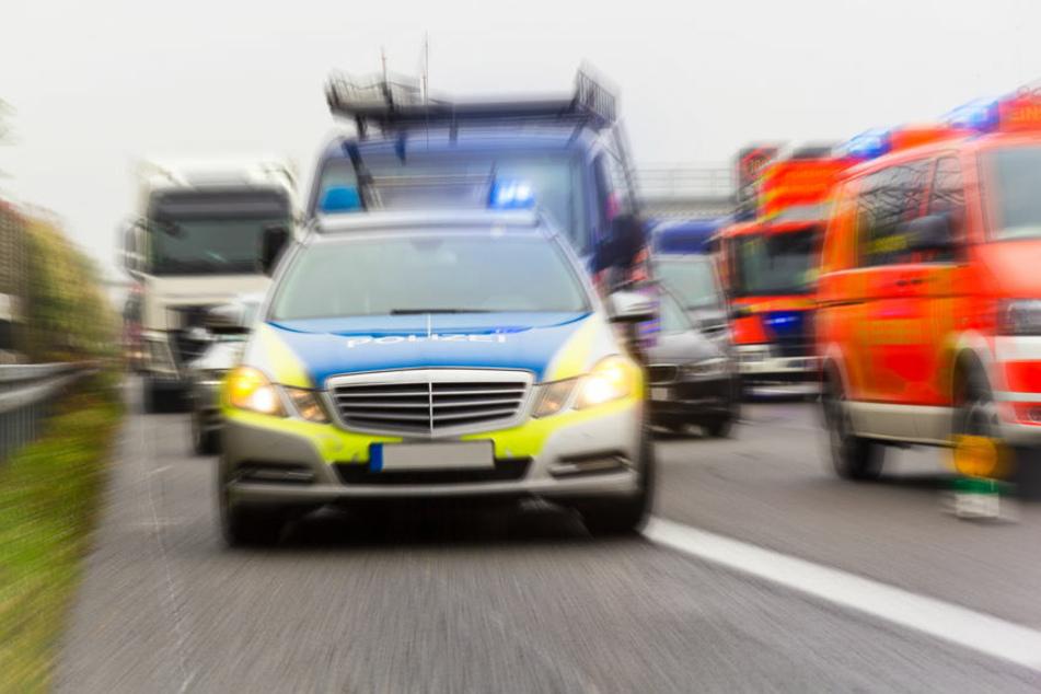 Unfall A3: AMG-Fahrer baut heftigen Unfall auf A3: Sohn (6) sitzt mit im Auto!