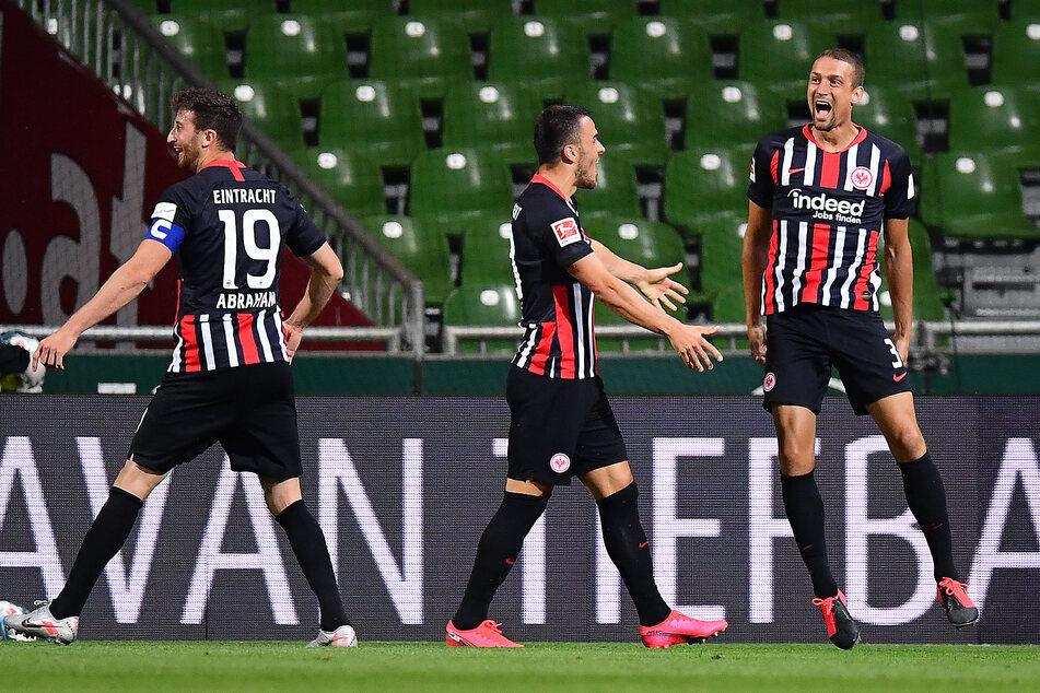Frankfurts Stefan IIsanker (r.) bejubelt sein Tor zum 0:2 mit Filip Kostic (m.) und David Abraham.