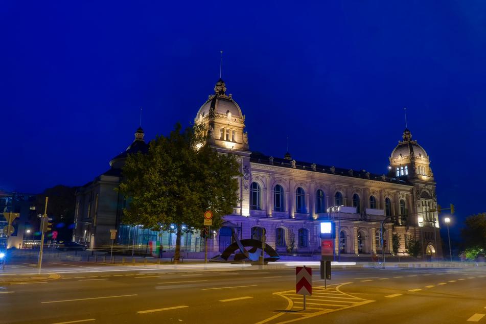 Auch in Wuppertal gilt die nächtliche Ausgangssperre weiterhin. Hier zu sehen: das historische Rathaus bei Nacht.