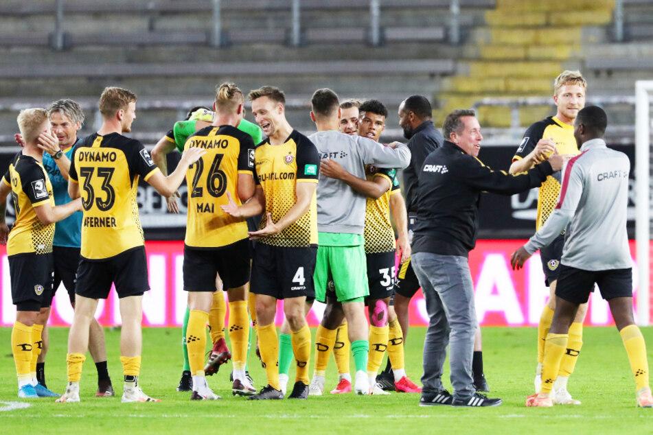 Dynamo-Coach Markus Kauczinski (3.v.r.) klatschte mit jedem Dresdner ab.