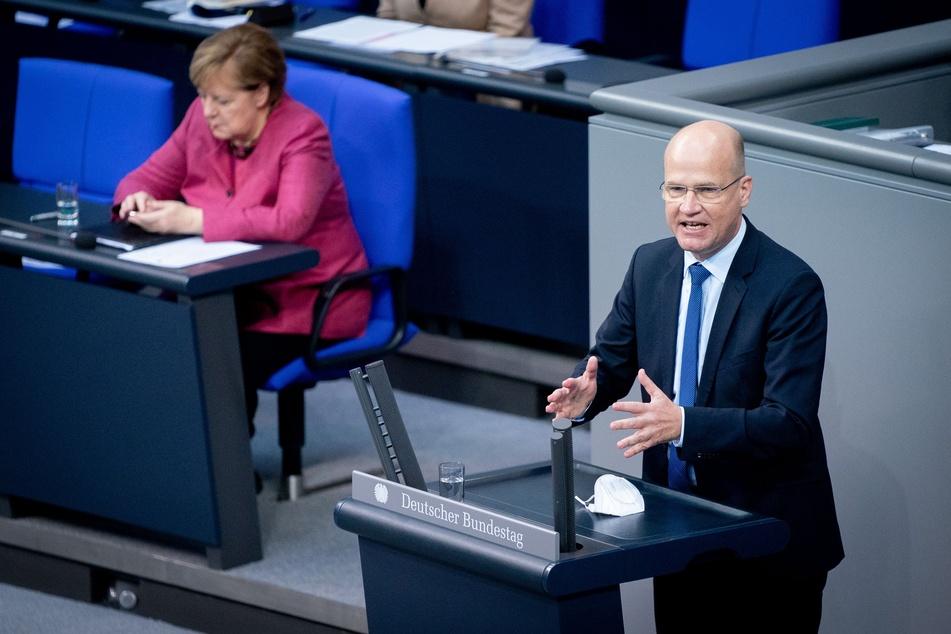 Ralph Brinkhaus (CDU), Vorsitzender der CDU/CSU-Bundestagsfraktion, spricht vor Bundeskanzlerin Angela Merkel (CDU).