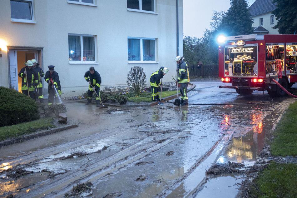 Unwetter-Chaos in Sornzig: Die Feuerwehr musste das Grundstück eines Mehrfamilienhauses von Schlamm befreien.