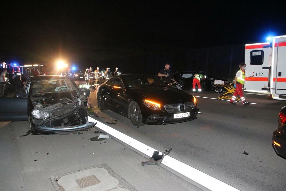 Mehrere Autos wurden beschädigt.