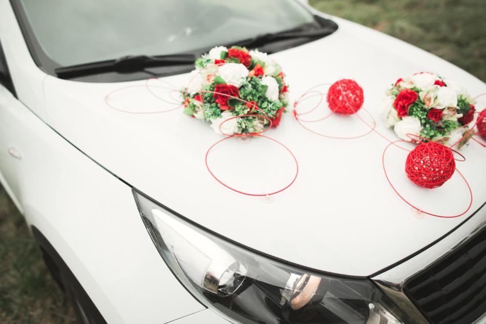 Die Hochzeitsgesellschaft war mit ihren Autos unterwegs. (Symbolbild)