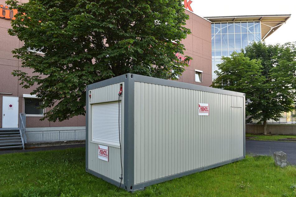 In diesem Container wartet der neue Manager, dass er ins Haus darf.