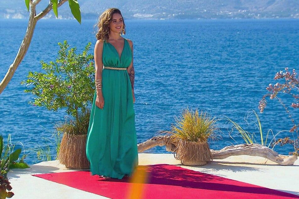 Wie eine griechische Liebesgöttin Aphrodite steht Melissa Damilia (25) kerzengerade an der sonnigen Küste Kretas und hofft, dass auch normale Männer dem Auto entsteigen.