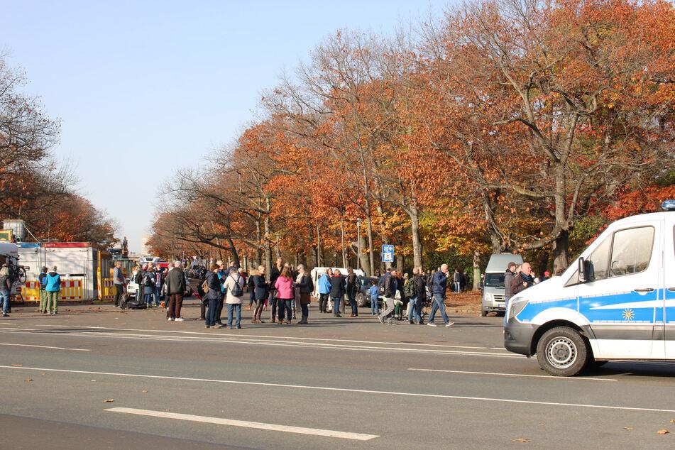 Am Sonntag versammeln sich Hunderte Menschen vor dem Völkerschlachtdenkmal in Leipzig.
