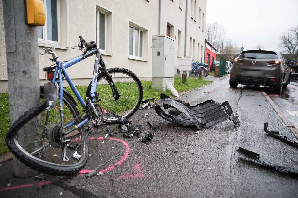 Ein Kind, das mit dem Rad unterwegs war, wurde am Sonntagnachmittag in Freiberg von einem Auto erfasst. Es kam verletzt in ein Krankenhaus.