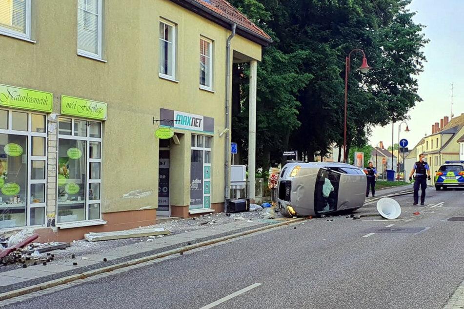 In Bad Muskau krachte am Mittwochmorgen ein Audifahrer gegen eine Hauswand.