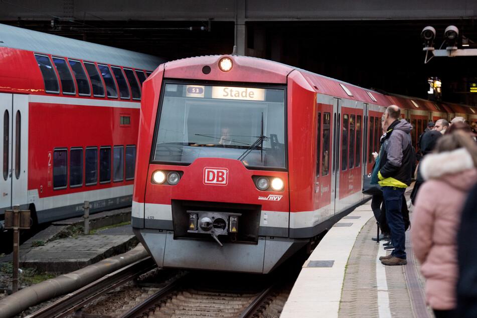 Eine Hamburg S-Bahn fährt in den Bahnhof ein. (Symbolbild)