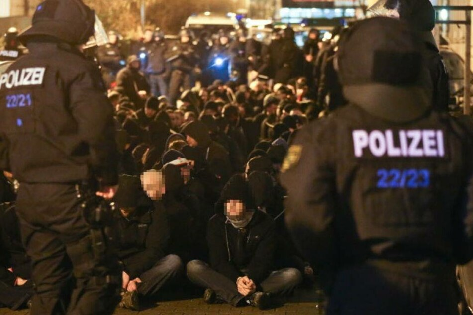 Nach den Krawallen setzte die Polizei auch hunderte rechte Hooligans fest. Insgesamt wird gegen 215 Personen ermittelt.
