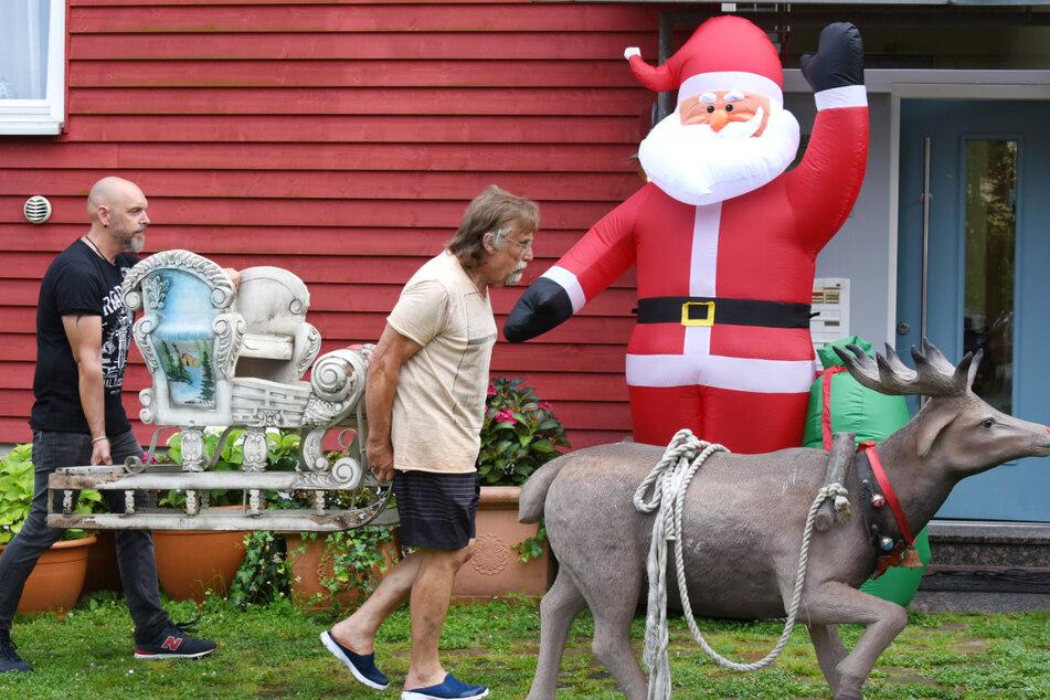 Vorbereitung in kurzen Hosen: Dietmar Sawatzke (70) und Sohn Sebastian dekorieren das Haus weihnachtlich.