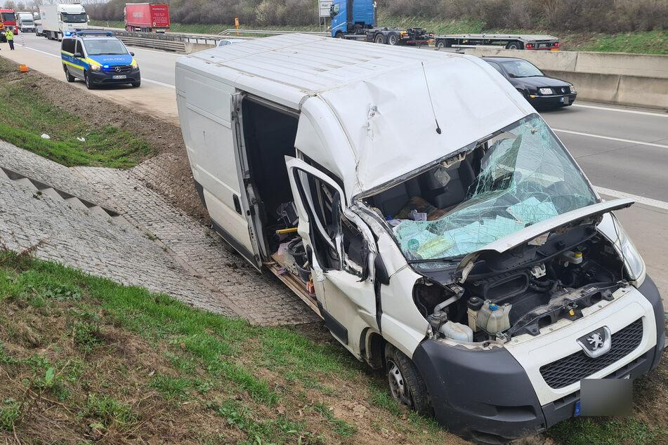 Unfall A38: Transporter kommt von A38 ab, mäht Schild und Notrufsäule nieder
