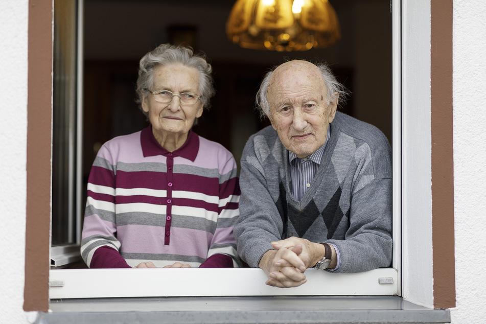 Wohnen seit knapp 72 Jahren in trauter Zweisamkeit in ihrem Haus in Görlitz-Biesnitz: Charlotte Wünsche (101) schmeißt noch lebenslustig den Garten. Während Corona wird sie gemeinsam mit Ehemann Gerhard (98) von Sohn und Schwiegertochter versorgt.