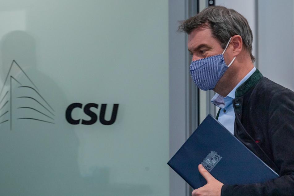 Markus Söder, CSU-Vorstandsvorsitzender und Ministerpräsident von Bayern, verlässt nach einer Pressekonferenz mit einer Mundschutzmaske den Raum.