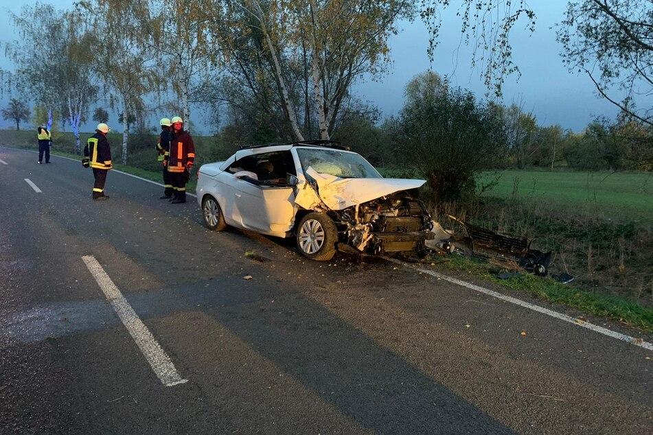 Der Wagen krachte gegen einen Baum am Straßenrand.