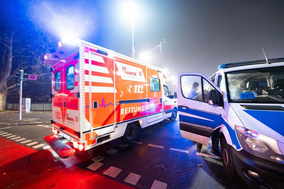 Ein Rettungswagen passiert in Frankfurt ein Polizeiauto (Symbolbild).