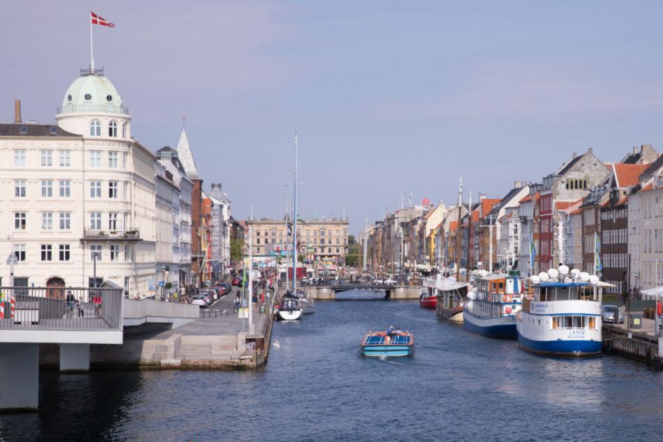 Dänemark, Kopenhagen: Ein kleines Ausflugsboot fährt in der Innenstadt in den Nyhavn.