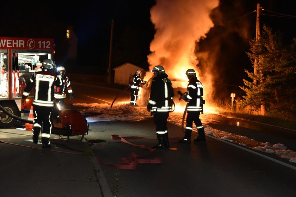 Auf der B101 bei Pockau-Lengefeld brannte am Sonntagabend ein Auto lichterloh.