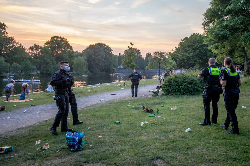 Die jungen Leute gehen, zurück bleiben Polizisten und Müll.