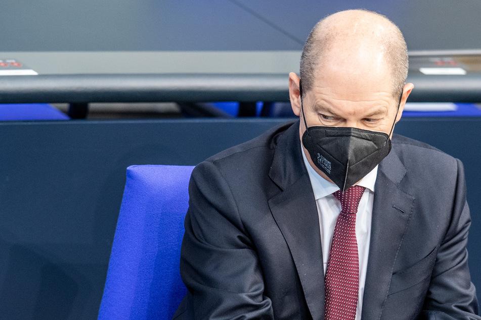 Olaf Scholz (62, SPD), Bundesminister für Finanzen, blickt in der Plenarsitzung des Deutschen Bundestages zur Seite.