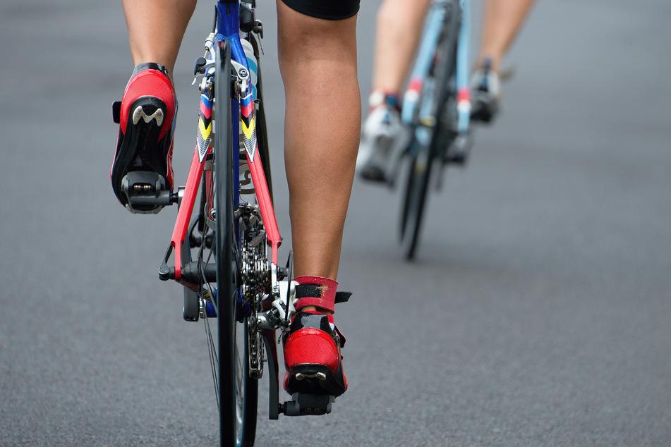 Helm zerbrochen: Rennradfahrer stürzen, als sie überholt werden