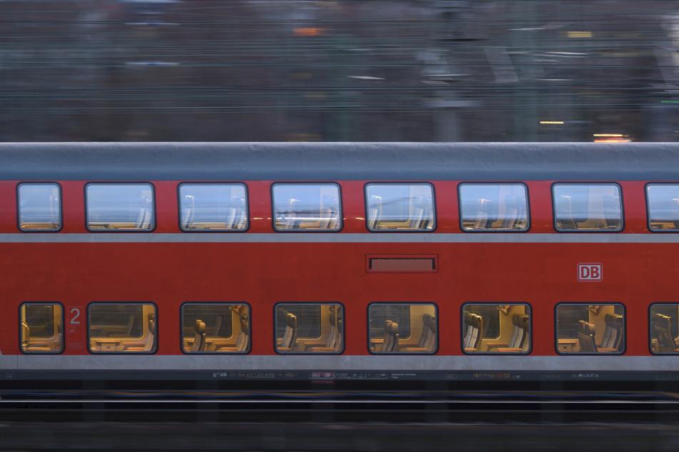 Eine 21-Jährige wurde von einem Zug erfasst. (Symbolbild)