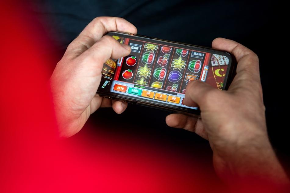 Frohes Zocken: Mit dem neuen Glücksspielstaatsvertrag der am 1. Juli 2021 in Kraft tritt, werden bisher verbotene virtuelle Automatenspiele im Internet sowie Online-Casinos mit Poker oder Roulette erlaubt