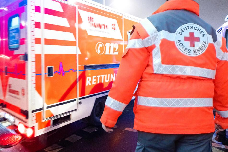 Ein Rettungswagen brachte den lebensbedrohlich verletzten Lkw-Fahrer auf schnellstem Weg in eine Klinik (Symbolbild).