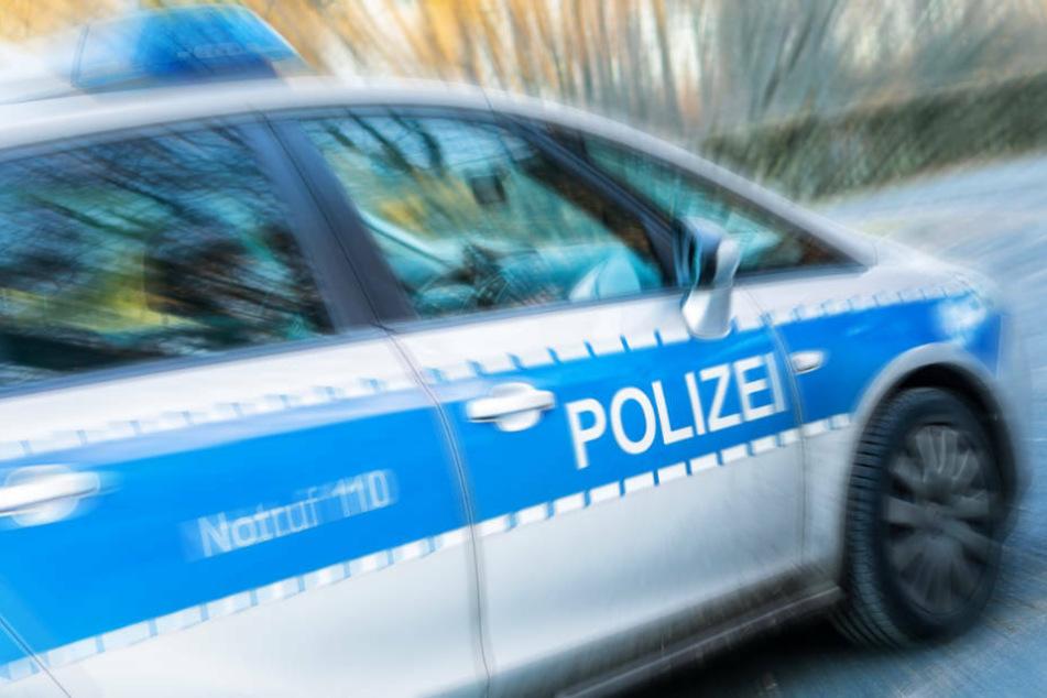 Mann wirft Fahrrad auf Streifenwagen und droht Polizisten: Hat er eine Waffe dabei?