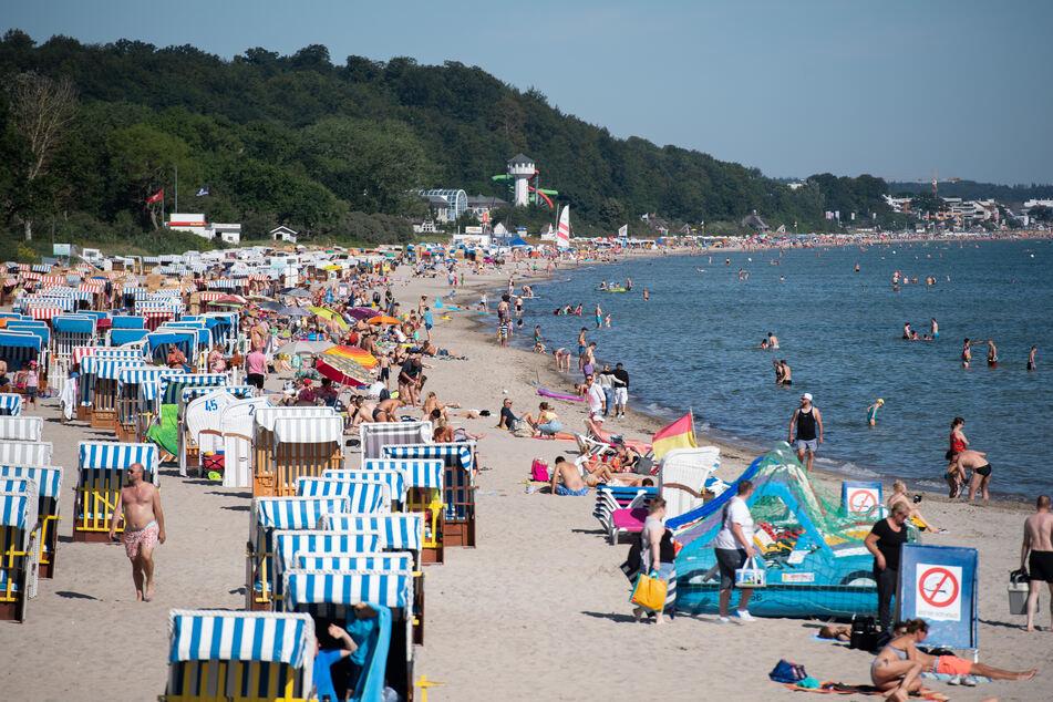 Zahlreiche Menschen tummeln sich am Ostseestrand in Timmendorf. (Symbolbild)