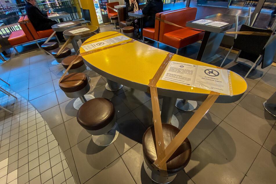 In einem McDonalds-Restaurant wurden einzelne Sitzgruppen abgesperrt.