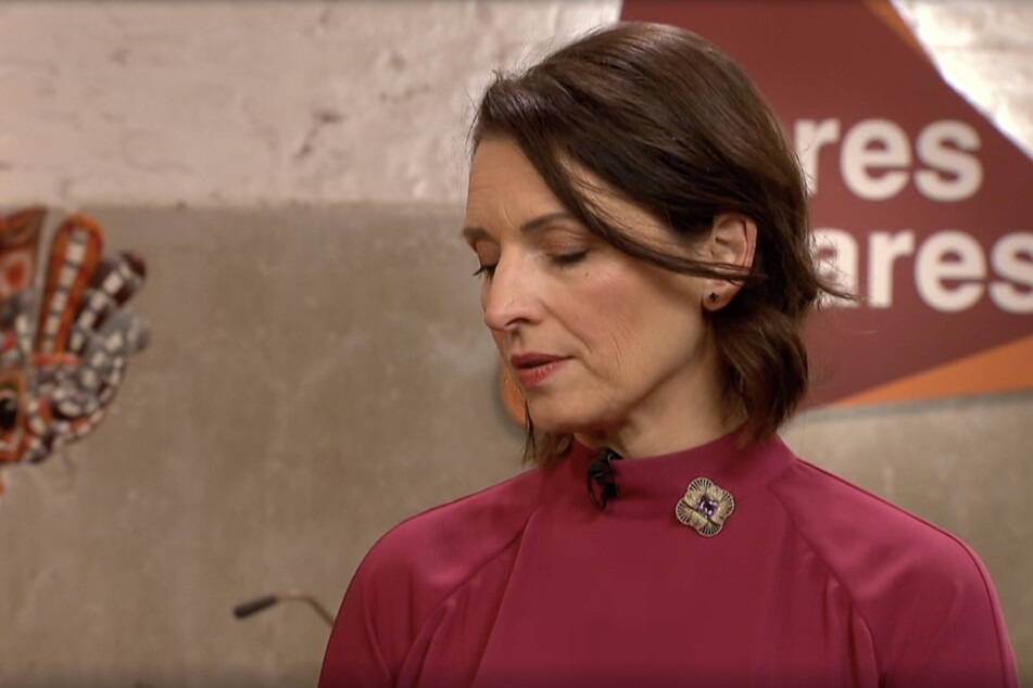 Expertin Wendela Horz ist von dem Stein im Armreif angetan.