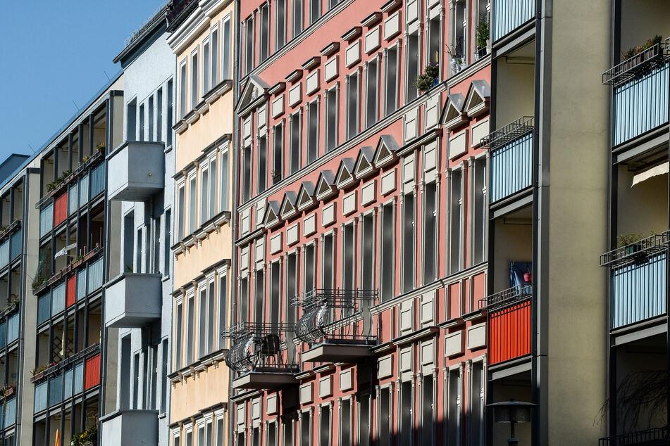 Die Fassaden von Altbauten und Neubauten in Berlin-Friedrichshain. Mieter geraten nach Angaben des Deutschen Mieterbunds in der Corona-Krise zunehmend in Zahlungsschwierigkeiten.