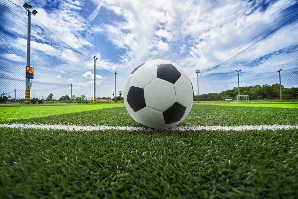 Noch steht der Ball still, doch ab Anfang August geht es für den 1. FC Köln wieder ins Training. (Symbolbild)