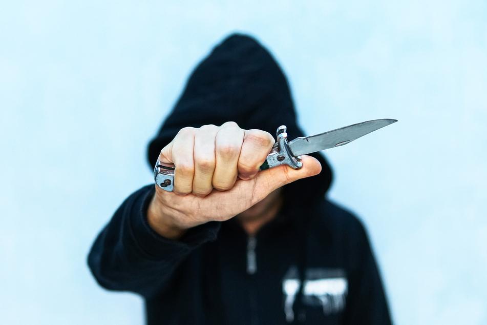Auf ein Messer soll der Mann auf alle Fälle gefallen sein. Wie es aber dazu kam, das weiß die mutmaßliche Täterin nicht mehr. (Symbolbild)