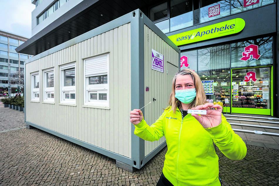 Hier darf sich ab dieser Woche jeder Passant gratis testen lassen: Apothekerin Manon Knaak (46) mit dem Testkit vor dem Test-Container.
