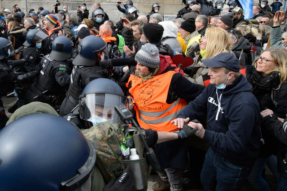 """Einsatzkräfte der Polizei sind bei der Kundgebung unter dem Motto """"Freie Bürger Kassel - Grundrechte und Demokratie"""" im Einsatz. Laut Polizei waren mehrere tausend Menschen in der Innenstadt unterwegs und missachteten bei dem nicht angemeldeten Demonstrationszug gegen Corona-Maßnahmen die Anweisungen der Behörden."""