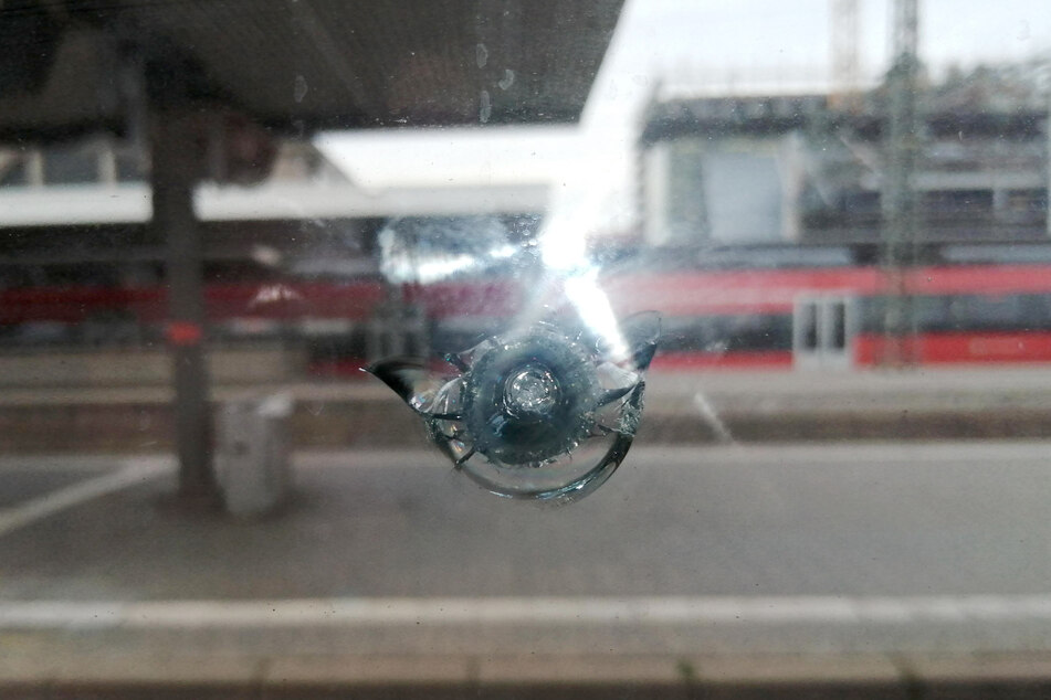 ICE von Stein getroffen: Bahnstrecke Hamburg-Berlin gesperrt