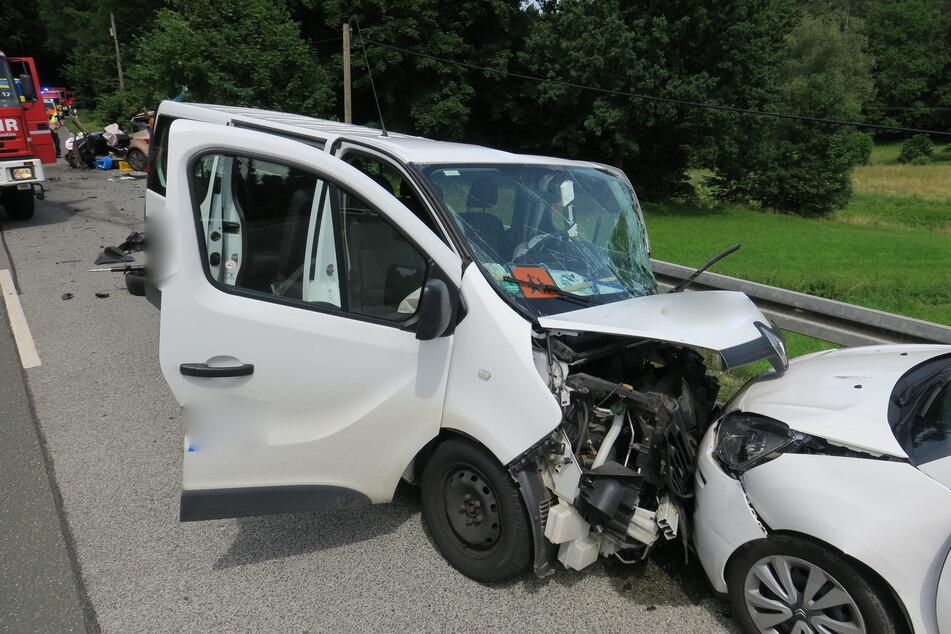 Ein betrunkener Schulbus-Fahrer (57) krachte am Dienstag in Wilkau-Haßlau frontal mit einem Citroën zusammen.