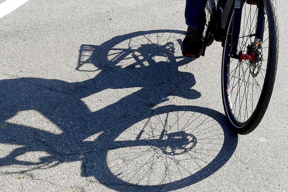 Radfahrer schlägt Kind auf Hinterkopf, dann stürzt er