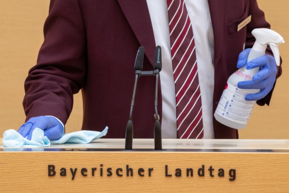 Der Rednerpult im bayerischen Landtag wird nach jeder Rede desinfiziert.