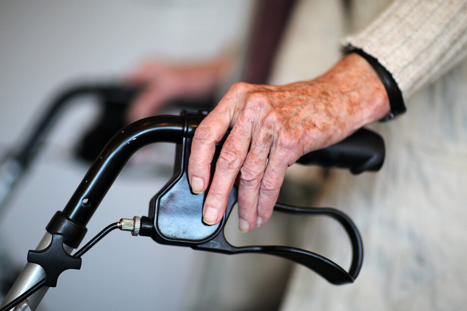 Eine alte Dame mit ihrem Rollator. (Symbolbild)